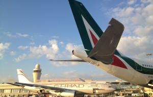 Alitalia inaugura i voli Roma-Fiumicino- Abu-Dhabi.  Per la prima volta la capitale d'Italia e la capitale degli Emirati Arabi Uniti sono collegate con voli diretti.
