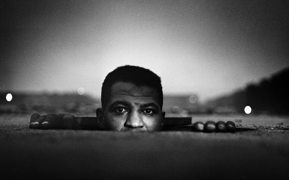 2. Gordon Parks, Uomo che sbuca, Harlem, New York, 1952.