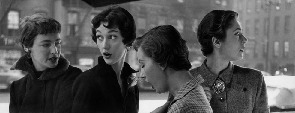 5. Gordon Parks, Modelle con taglio di capelli alla garc-ª-¦onne, New York, 1949