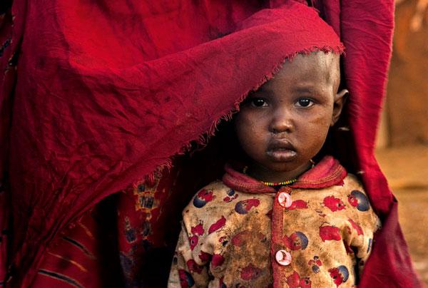 ©Lynn Johnson/National Geographic Sguardo di bambina Una bambina di quattro anni con la madre a Girimi in Kenya