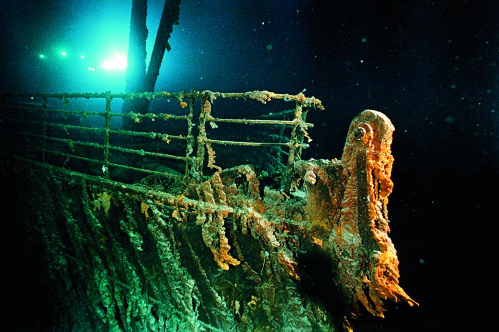 la prua del R.M.S Titanic si staglia nel buio degli abissi illuminata dal sommergibile russo Mir 1 e fotografata da Emory Kristof