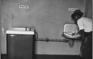 L'impalpabile eleganza nei più famosi scatti del grande fotografo e artista americano Elliott  Erwitt